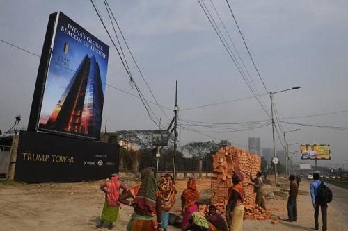 Công nhân Ấn Độngước nhìnTháp Trump đang xây dựng ở Kolkata hôm 20/2/2018. Ảnh: AFP.