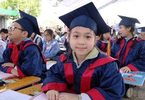 EmNguyễn Hồng Minh, học sinh lớp 5 trường Tiểu học Đinh Tiên Hoàng. Ảnh: Giang Chinh