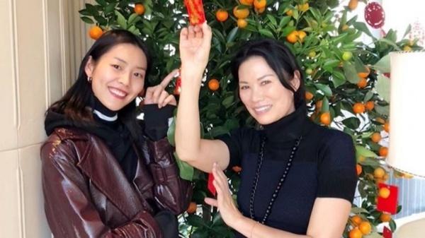 Lưu Văn (trái) chụp ảnh cùng bạn và chúc mừng