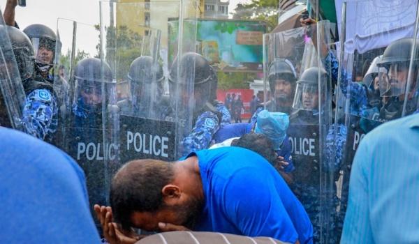 Cảnh sát giải tán người biểu tình ủng hộ phe đối lập ở Maldives hồi tuần trước. Ảnh: AP.