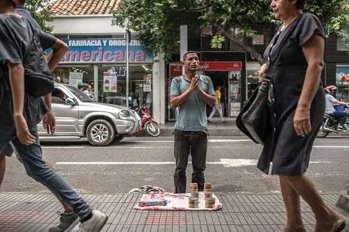 Munoz bán cá hộp trên đường phố Cucuta. Ảnh: NYT.
