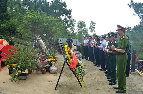 Dịp tết Nguyên đán, có gần 50.000 lượt khách đếp thắp hương, viếng Đại tướng Võ Nguyên Giáp ở Vũng Chùa - Đào Yến. Ảnh minh hoạ: Quang Hà