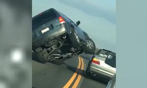 Ford Escape 'ngửa bụng' vì định chồm lên BMW mui trần