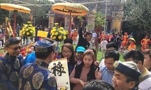 Người dân chen nhau xin chữ sau lễ hạ nêu ở Huế