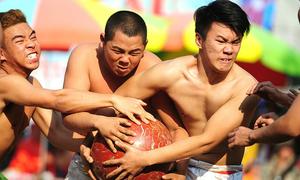 Trai làng Hà Nội mình trần 'cướp' cầu 18 kg