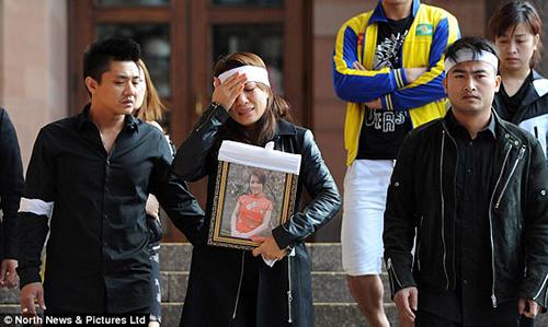 Người thân của nạn nhânQuyen Ngoc Nguyen ôm di ảnh cô tại phiên tòa trước đó. Ảnh: North News& Pictures