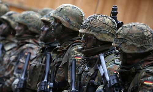 Lính Đức dùng cán chổi thay súng khi diễn tập cùng NATO