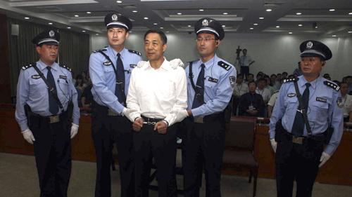 Bạc Hy Lai (áo trắng) bị kết án chung thân vì tội lạm quyền, tham nhũng và đang thụ án ở Tần Thành. Ảnh: ChinaNews.