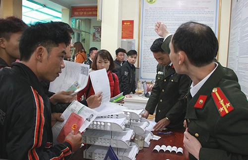 Công an Nghệ An đón 1.000 người/ngàytới làm thủ tục. Ảnh: Nguyễn Hải.