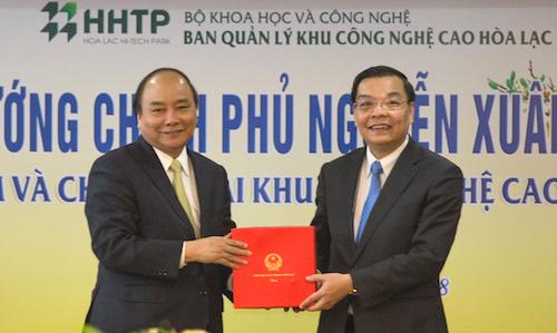 Thủ tướng trao quả kỷ niệm cho đại diệnkhu công nghệ cao Hoà Lạc - Bộ trưởng Khoa học Công nghệ Chu Ngọc Anh. Ảnh: Mạnh Cường