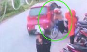 Cô gái bị ôtô tông bật ngửa vì dừng xe máy giữa đường