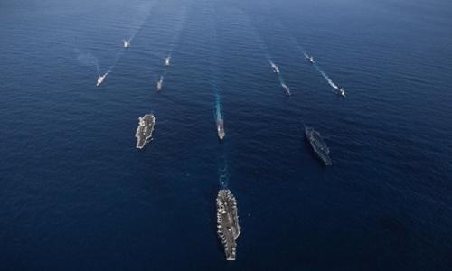 Tàu chiến Mỹ và Nhật Bản trong một cuộc tập trận chung. Ảnh: AFP.