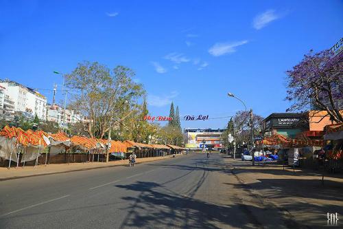 Bây giờmột năm chỉ có đúng ngày mùng một Tết thì con đường dẫn vào chợ Đà Lạt mới vắng như thế này. Ảnh: Trương Ngọc Thụy