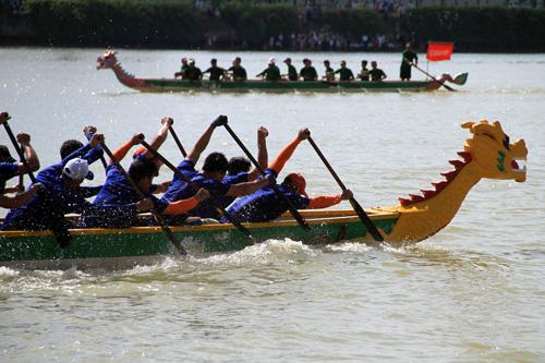 Ngày mùng 9 Tết Nguyên đán, lần đầu tiên TP Hà Nội tổ chức đua thuyền trên hồ Tây. Ảnh minh hoạ: Nguyễn Đông.