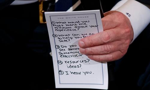 Tờ giấy nhớ Tổng thống Mỹ Donald Trump mang theo vào cuộc gặp. Ảnh: AP.