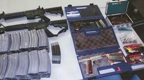 Những khẩu súng được phát hiện tại nhà nam thiếu niên. Ảnh: