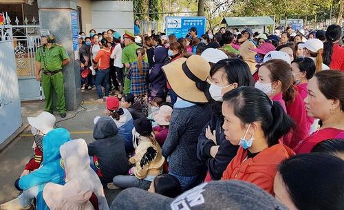 Hàng nghìncông nhân ở Đồng Nai vây trụ sở công ty đòi lương hồi trước Tết Nguyên đán. Ảnh: Phước Tuấn.
