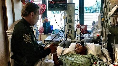 Cảnh sát tới thăm Anthony Borges, cậu học trò dũng cảm đã khóa cửa cứu ít nhất 20 bạn trong lớp. Ảnh: AP.