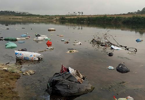 Rác bủa vây ven bờ sông Ngàn Phố đoạn qua xã Sơn Trung. Ảnh: H.T