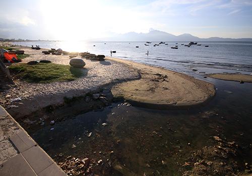 Bãi biển Nguyễn Tất Thành qua quận Thanh Khê có dải cát khá hẹp, nhiều cống xả thải ra biển gây ô nhiễm. Ảnh: Nguyễn Đông.