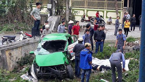 Chiếc taxi bị vỡ nát sau cú tông chính diện của tàu hoả. Ảnh: V.Linh.