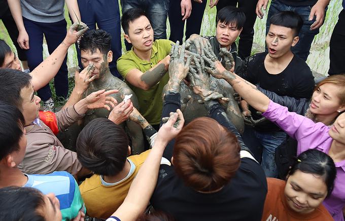 Người dân cướp chiếu cầu con ở lễ hội Đúc Bụt