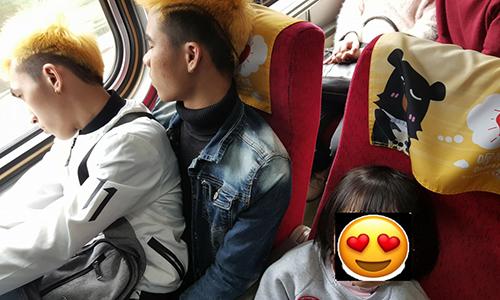 Bức ảnh hai thanh niên người Việt nhường ghế cho các em bé Đài Loan do người mẹ chụp lại và chia sẻ. Ảnh:Taiwan News