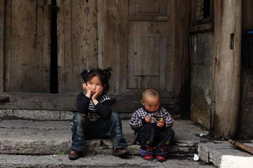 khoảng 60 triệu trẻ em ở vùng nông thôn Trung Quốc bị cha mẹ bỏ lại quê nhà để lên thành phố kiếm sống.