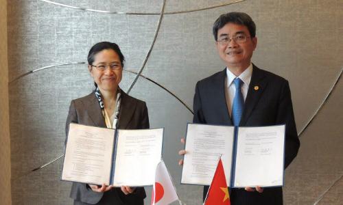 Cục trưởng Đinh Hữu Phí và Tổng Cục trưởng JPO Naoko Munakata ký kết Thỏa thuận hợp tác giữa Cục Sở hữu trí tuệ và Cơ quan Sáng chế Nhật Bản. Ảnh: M.H