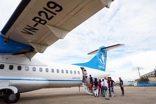 Máy bay đang lăn vão bãi đỗ thì bị một hành khách mở cửa thoát hiểm. Ảnh: Thế Dự