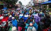 Người dân đội mưa về chợ Viềng mỗi năm chỉ họp một lần
