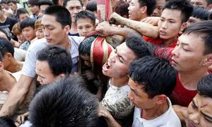 Tranh giành manh chiếu mong sinh con trai ở hội 'Đúc Bụt'