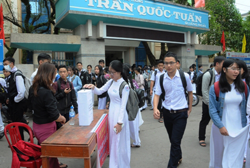 Các học sinh trường Trần Quốc Tuấn quyên góp tiền giúp Quý trả viện phí sau tai nạn giao thông. Ảnh: Phạm Linh.