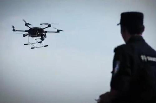 Cảnh sát dùng Flycam để xác định nơi ẩn nấp của nghi phạm trên núi.