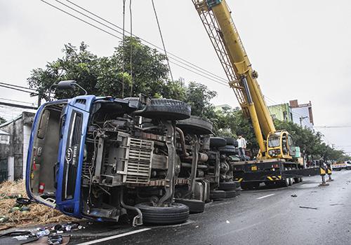 Xe tải chở dưa hấu lật trên đường quốc lộ sáng nay. Ảnh: Nam Nhân.