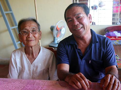 Ông Trương Văn Chóng gặp lạimẹ sau hơn 30 năm xa cách. Ảnh: Huy Nguyễn.
