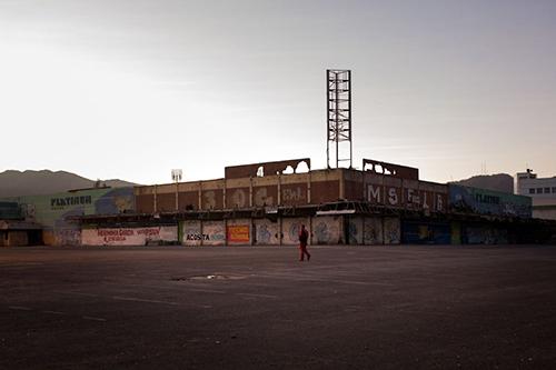 Một công nhân củatập đoàn dầu khí quốc giaPetroleos de Venezuelavội vàng đến bến xe bus đi làm. Ảnh: Bloomberg.