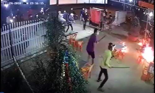 Nhóm thanh niên đuổi chém chủ quán nhậu vì không trả tiền. Ảnh:Cắt từ video.