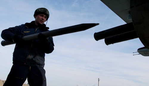 Chuyên viên chuẩn bị cho máy bay Su-25 trước một chuyến bay huấn luyện chiến thuật. Ảnh:Sputnik.