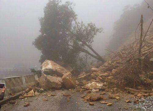 Hàng trăm khối đất đá chắn ngang quốc lộ ở Hà Tĩnh