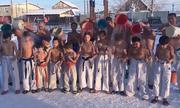 Trẻ em cởi trần dội nước ở thành phố lạnh nhất thế giới