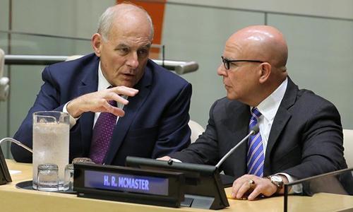 Chánh văn phòng Nhà TrắngJohn Kelly (trái) trò chuyện với Cố vấn an ninh quốc giaH.R. McMaster trong một buổi họp về cải tổ Liên Hợp Quốc. Ảnh: Reuters.