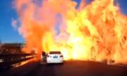 Biển lửa nuốt chửng ôtô trên cao tốc