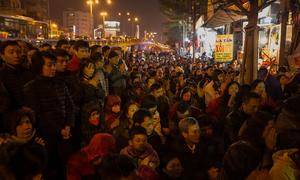 Người dân xếp lớp ngồi cầu an giải hạn trước cửa chùa Phúc Khánh