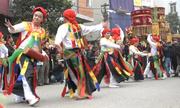 Trai làng Triều Khúc mặc váy, tô son nhảy múa trong lễ hội