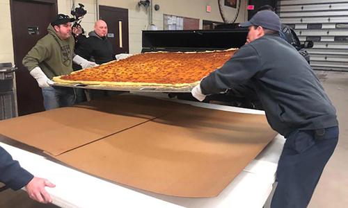 Đầu bếp Mỹ nướng bánh pizza giao hàng lớn nhất thế giới