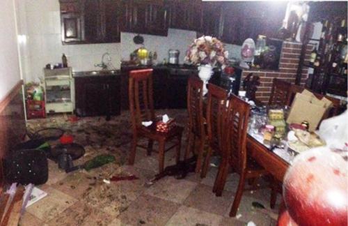 Đồ đạc trong nhà chị Oanh vương vãi sau vụ nổ. Ảnh: Đ.H