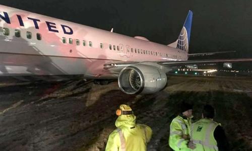Phi cơ United Airlines trượt khỏi đường băng ở bang Winconsin, Mỹ, ngày 23/2. Ảnh: ABC News.
