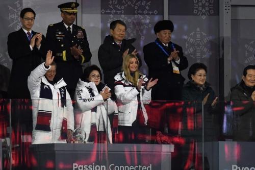 Ivanka Trump và ông Kim Yong-chol (đội mũ)