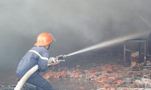 Xưởng sơn gỗ 1.000 m2 ở Bình Dương cháy rụi ngày khai trương